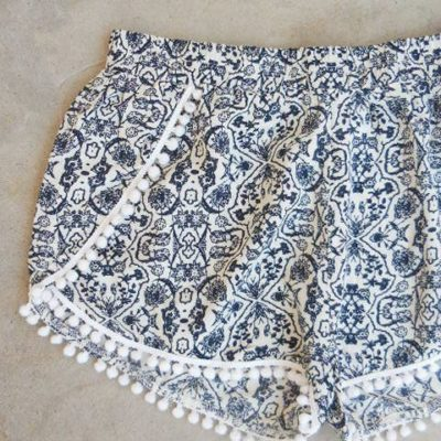 There are only 3 pattern pieces, to construct: 1. Assemble the front pieces matching the black dots 2. Sew the sides 3. Sew the crotch 4.